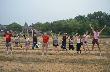 Jumping photo in the rice paddy shaped like a dragon in Wuzhen village!