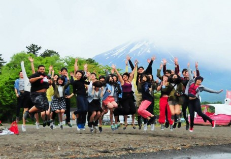 The USC and Meiji University students after our arrival at Lake Yamanaka (featuring Mt. Fuji in the background).